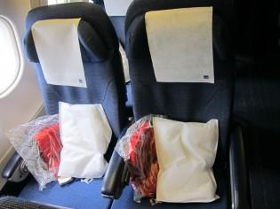飛行機自体が小さい機体なので窓際の席は2人掛け☆