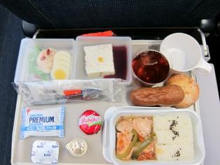 そうこうしてる間に機内食です☆SASの機内食の特徴はパンを温めてサーブしてくれること!
